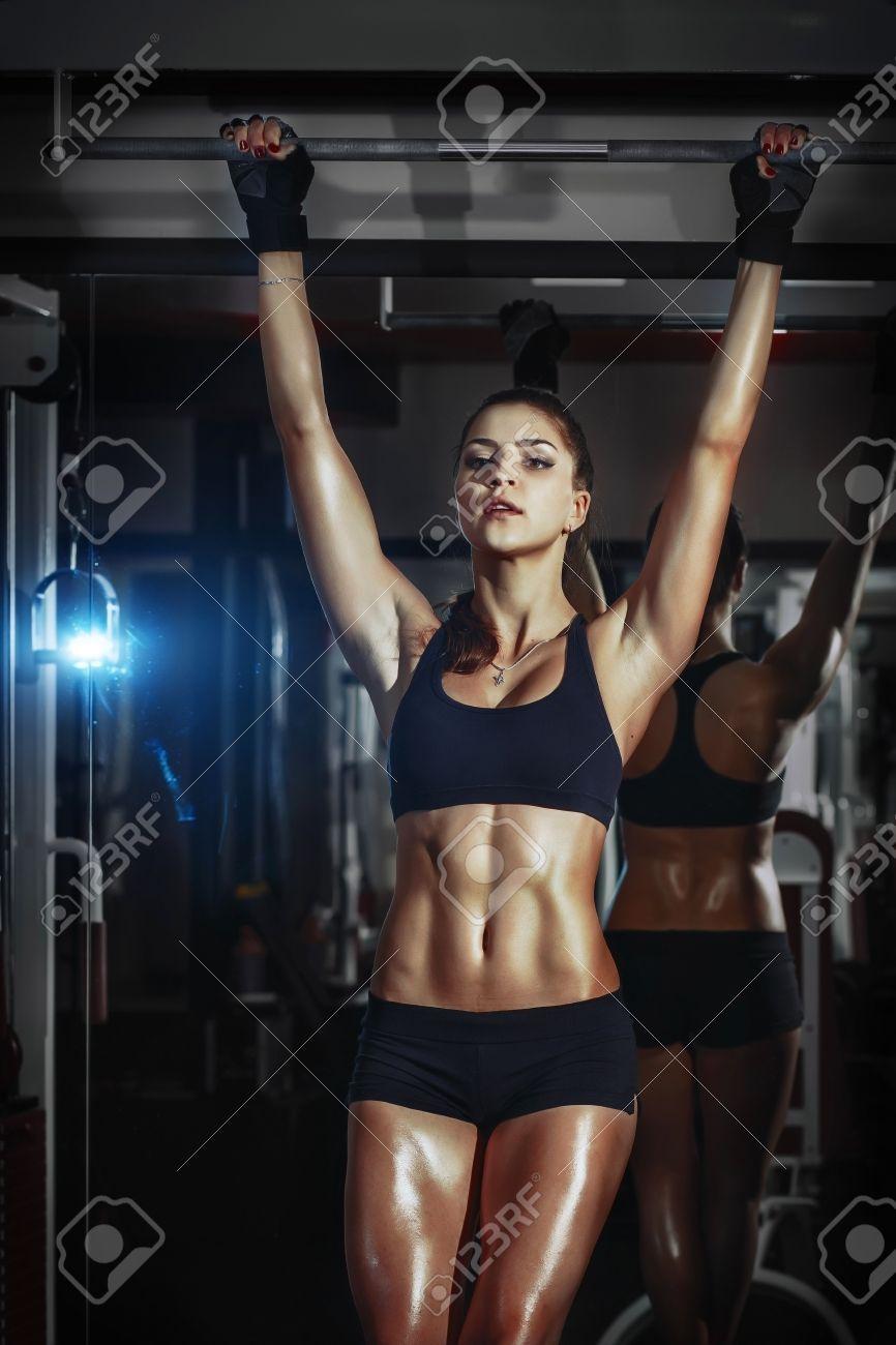 Fille Fitness Photo athlétique fille fitness sexy tire sur la barre dans le gymnase