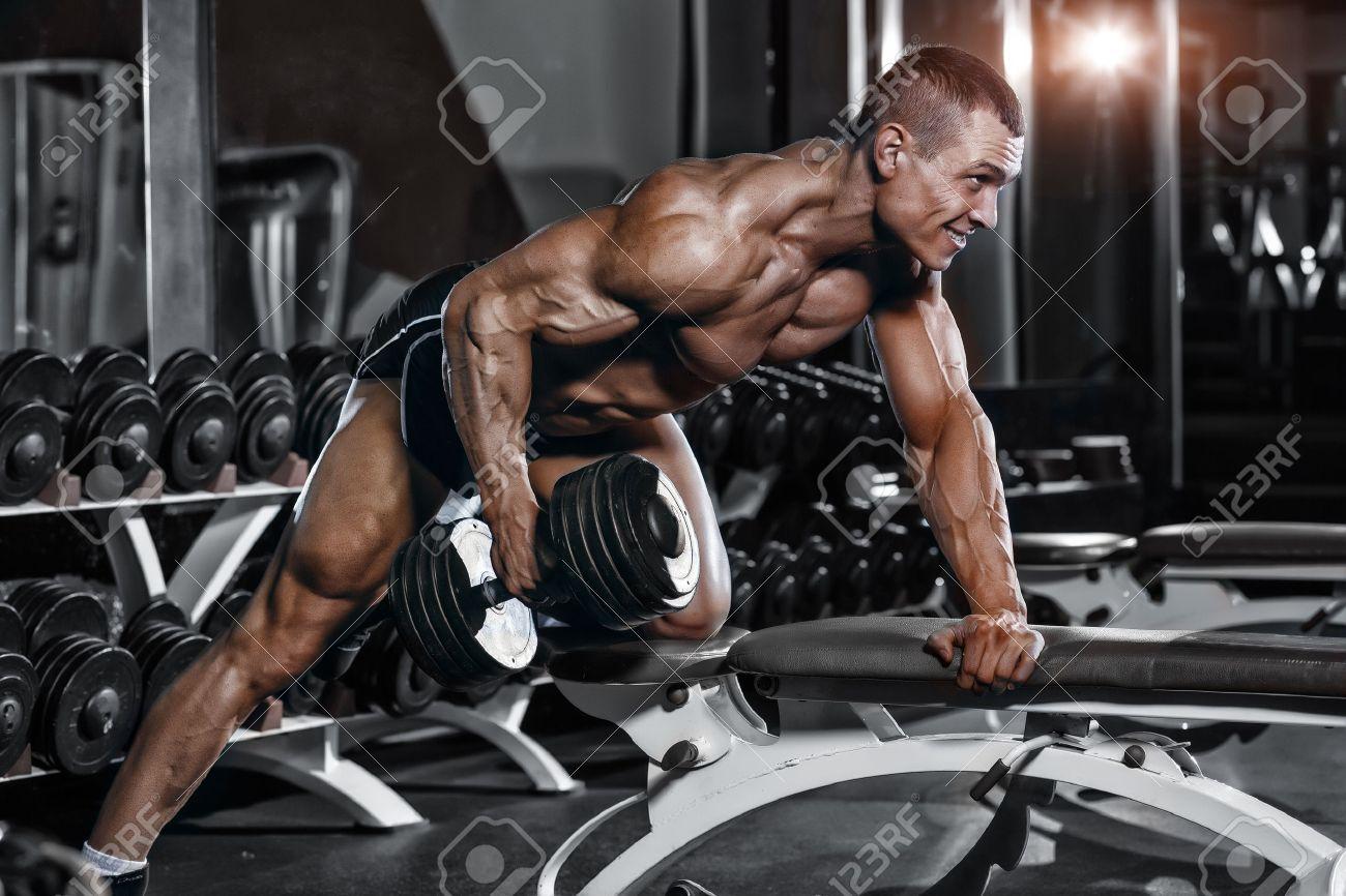 Athlet Muskulösen Bodybuilder Training In Der Turnhalle ...