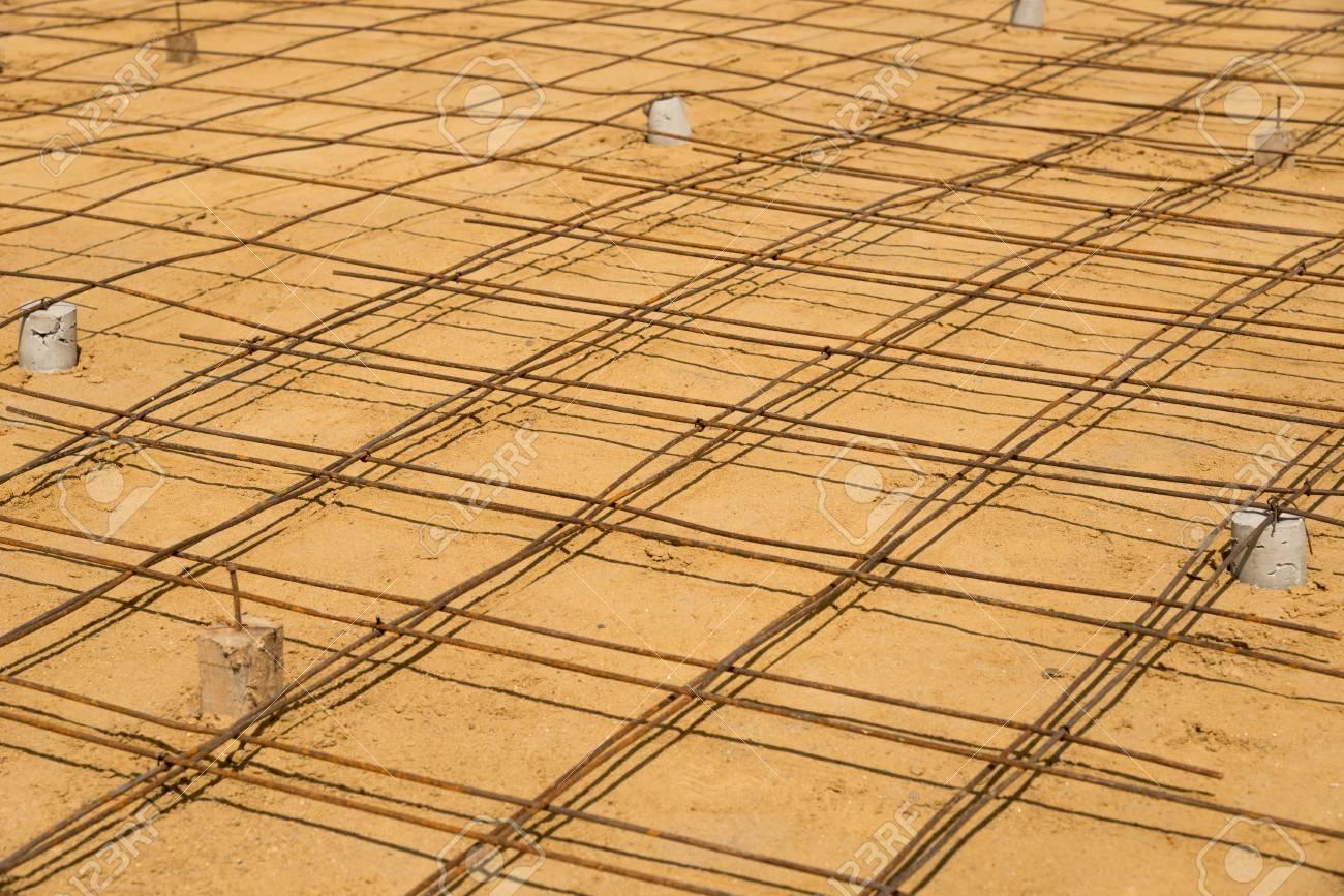 La Malla De Alambre De Dirección Para El Piso De Concreto En Trabajo De  Construcción. Fotos, Retratos, Imágenes Y Fotografía De Archivo Libres De  Derecho. Image 68127471.