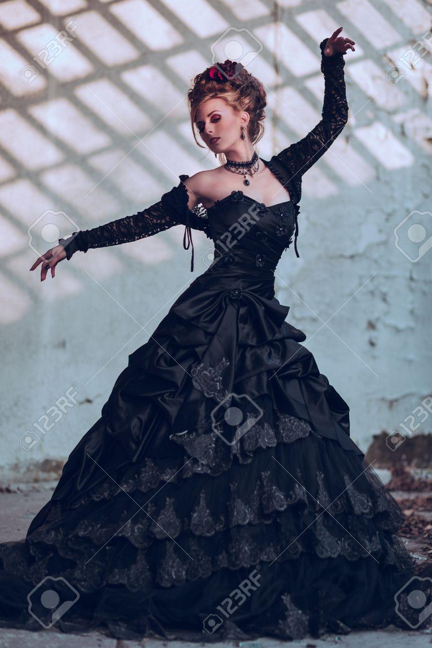 Femme Posant Mystérieuse Dans Habillée En Robe Un Bâtiment Gothique QCxBeWrdo