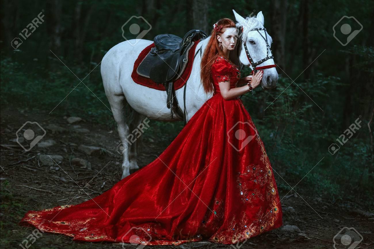 À Princesse En La Rouge Dans Cheval Robe Forêt 8wvnm0ON