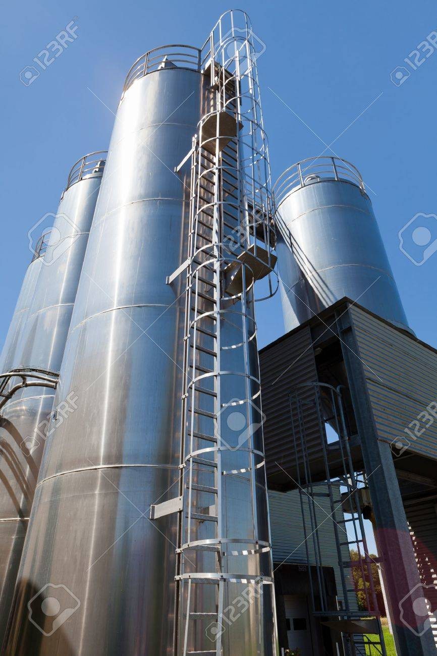 Tall wheat silos from a bread crumb factory Stock Photo - 13218805