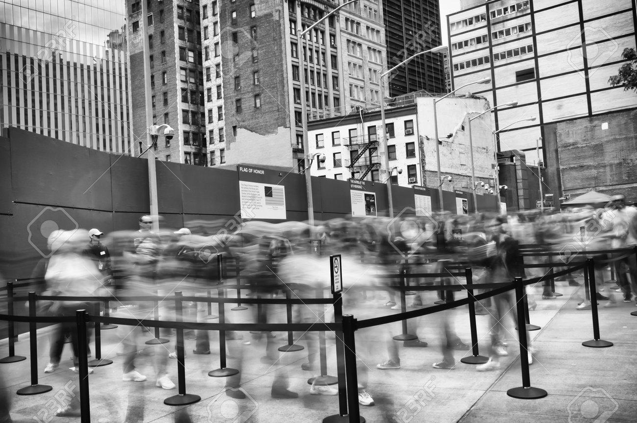 Entrée Noir Et Blanc dramatique vue en noir et blanc de l'entrée de la 9 11 memorial à  manhattan, new york avec une longue lignée de visiteurs en mouvement floue  entrer