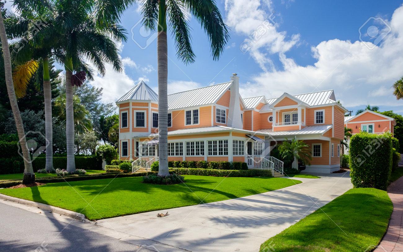 Naples, Florida USA - 28. Juli 2015: Schöne Vintage-Holz-Rahmen ...