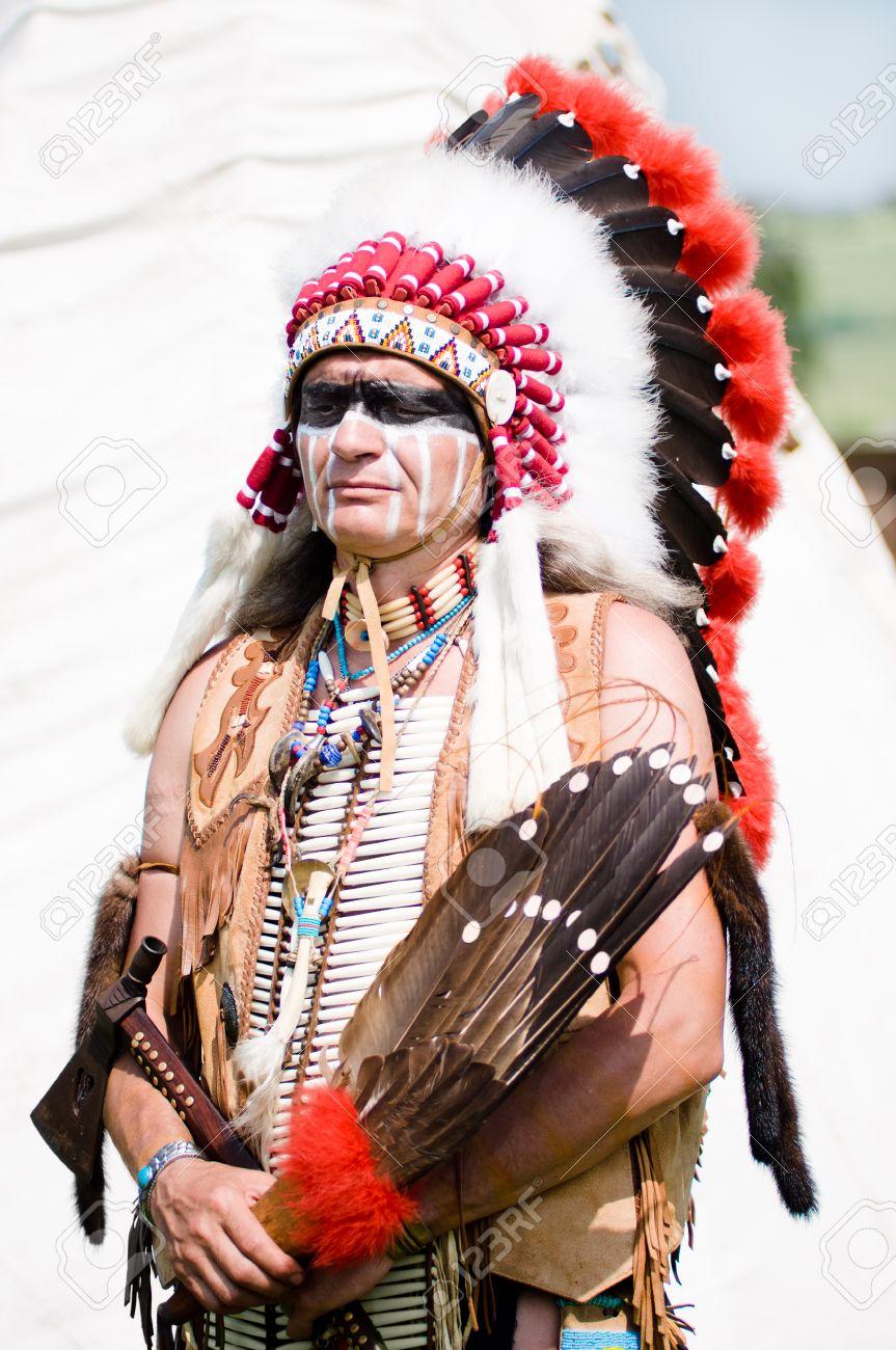 民族衣装でのアメリカ インディアン チーフの肖像画 の写真素材・画像 ...