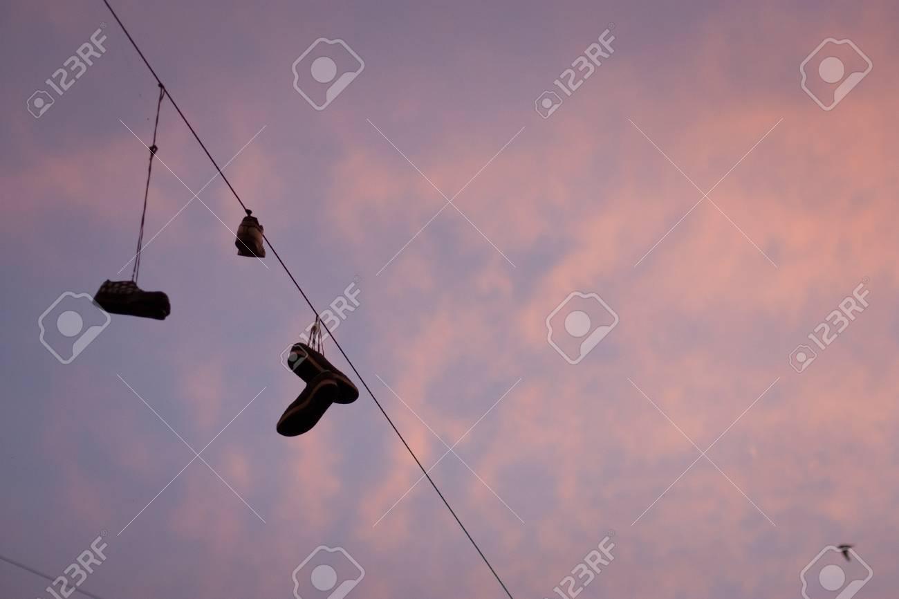 Fil Paires Les Chaussures Électrique Le Sur De Par Lacets Jetées rwr8OXq