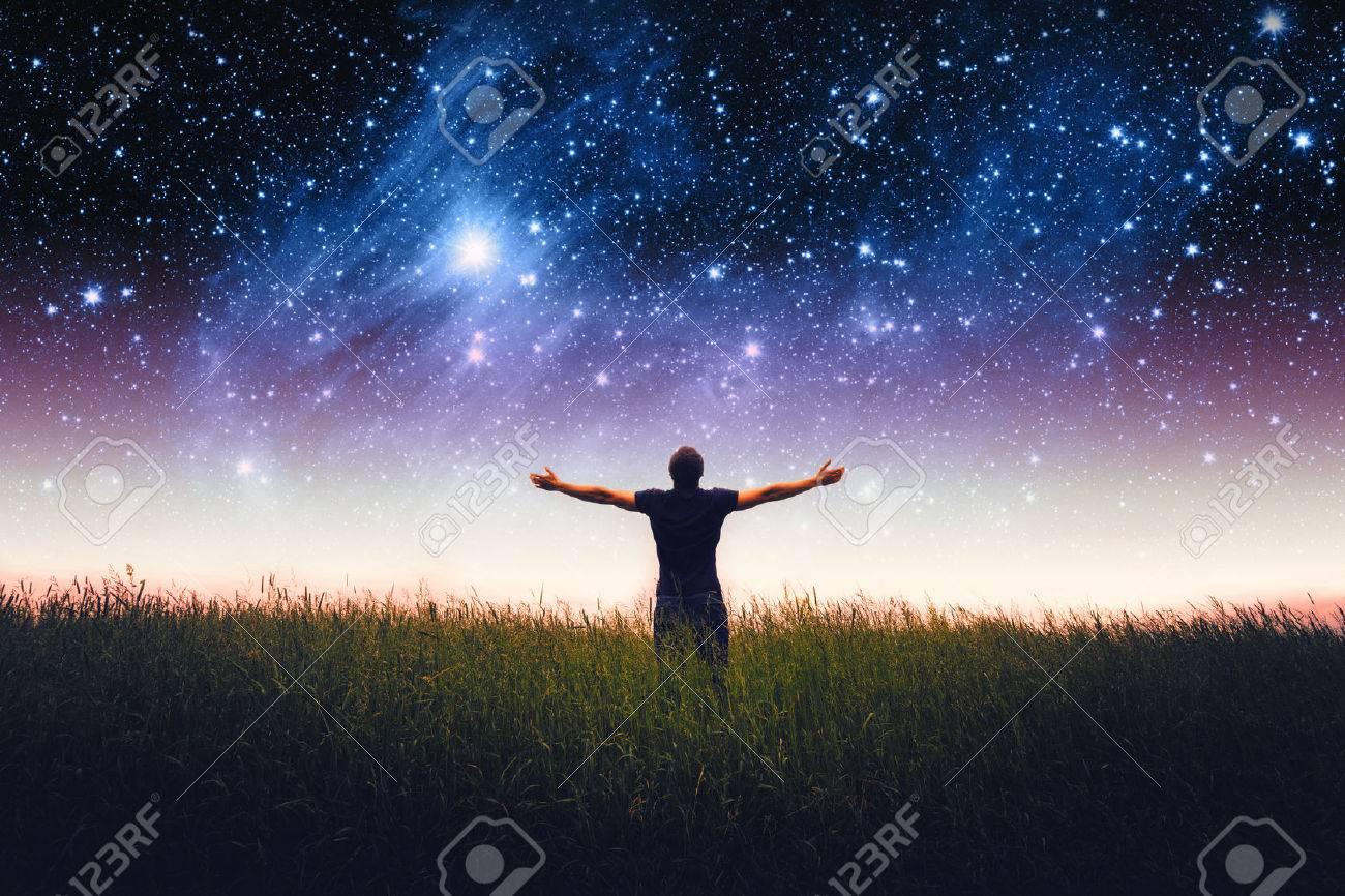 Silhouette De Lhomme Et Les étoiles Ciel Les éléments De Cette Image Fournie Par La Nasa