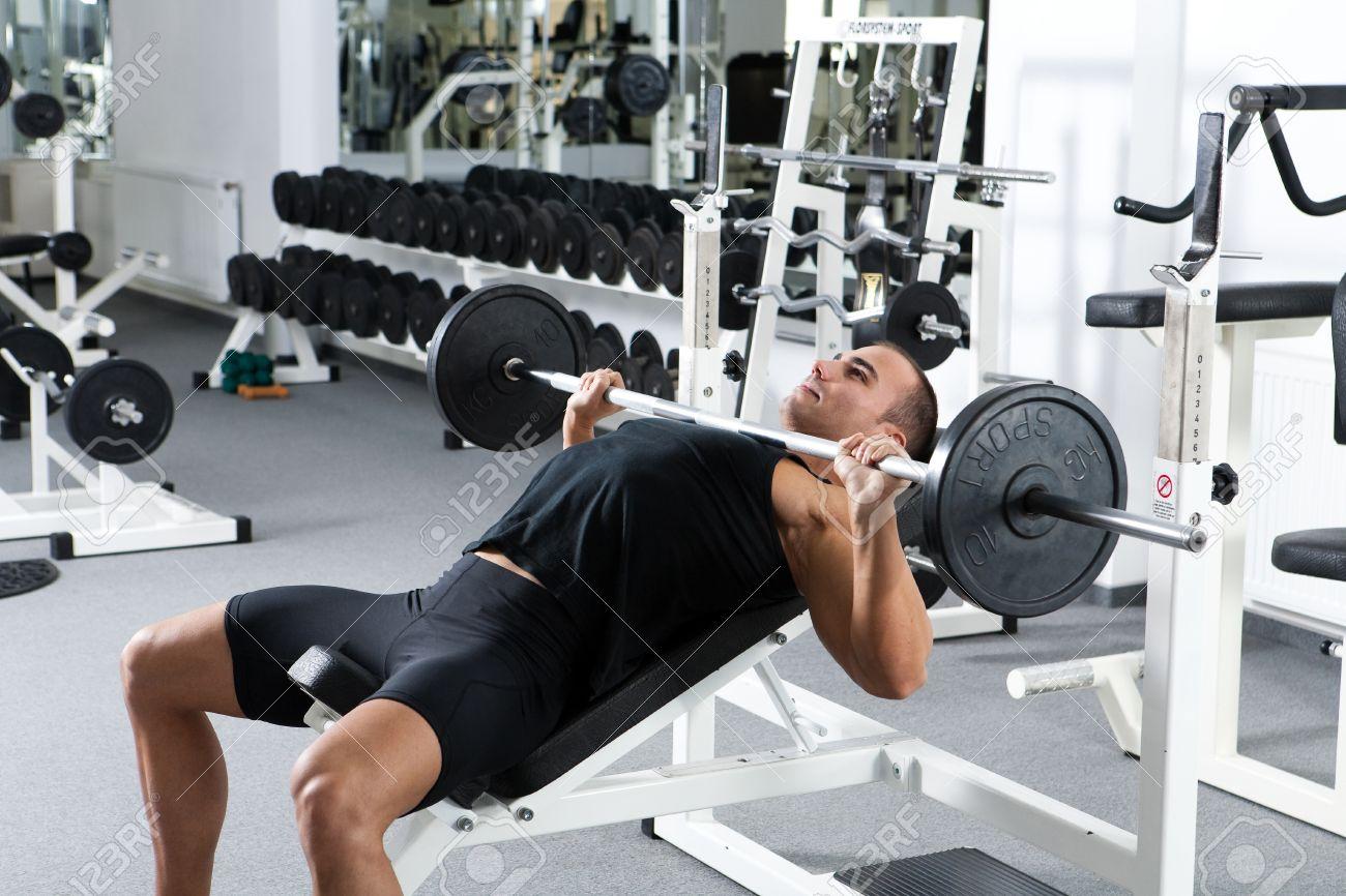 ジムでトレーニング若いボディービルダー: 胸 - バーベル インクライン ...