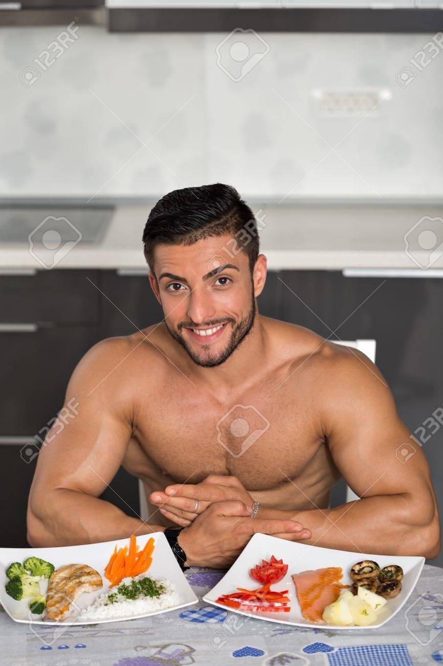 Junger Bodybuilder In Der Küche, Mit Zwei Platten Gesunde Ernährung ...