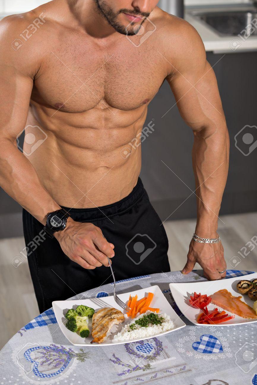 Junger Bodybuilder In Der Küche Mit Zwei Platten Gesunde Ernährung ...