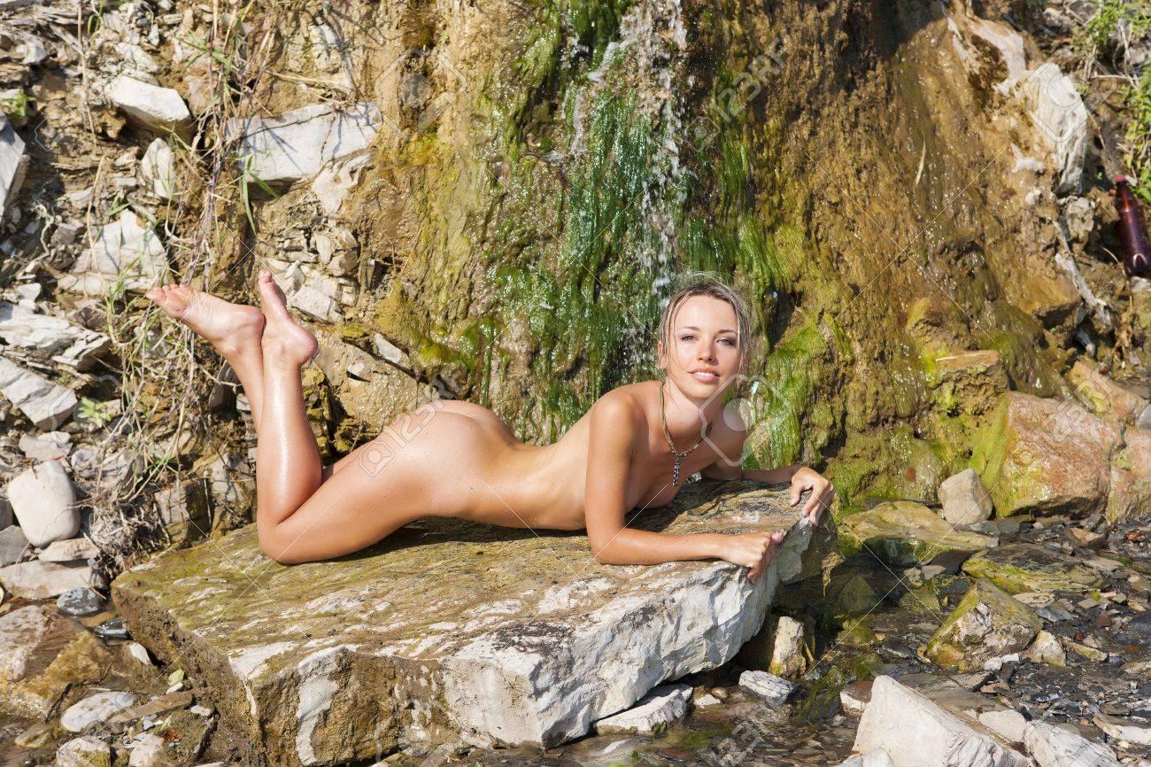 Femme Nue En Exterieur fille topless à l'extérieur. portrait d'une femme nue. banque d