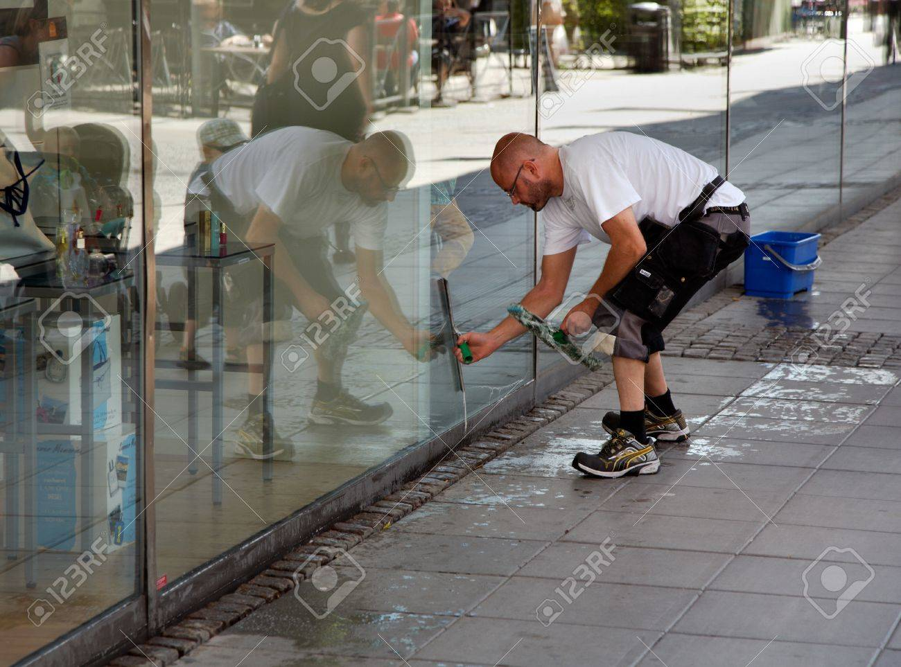 SODERTALJE, SWEDEN - July 20, 2012:  A man cleaning the windows of the shop window to the store Kringlan in S?t?e. Stock Photo - 14681889