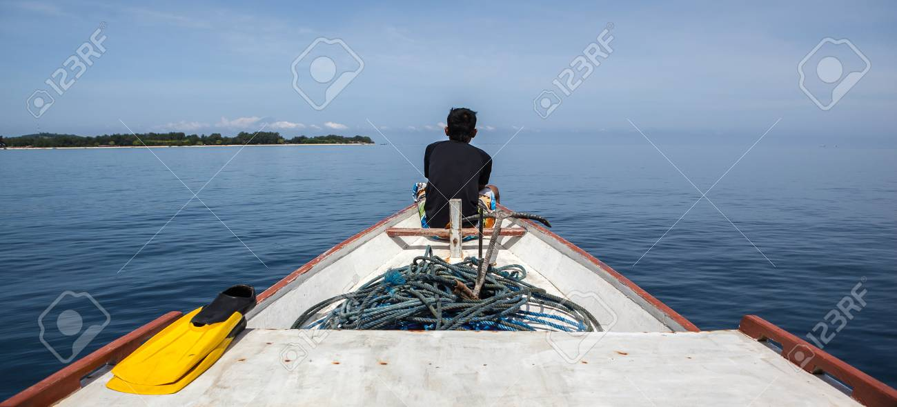 Soirée Un Océan Le De Assis Est Bateau Une Belle Sur Pêche En D'un Homme Devant Regardant qSjVMpLUzG