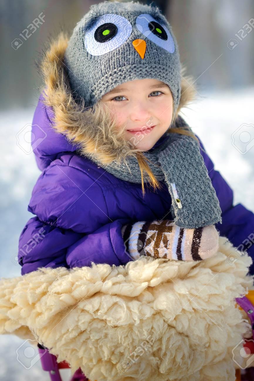 Sonrisas De Nina Feliz Que Cuesta Con Suave A Un Claro Hermosa