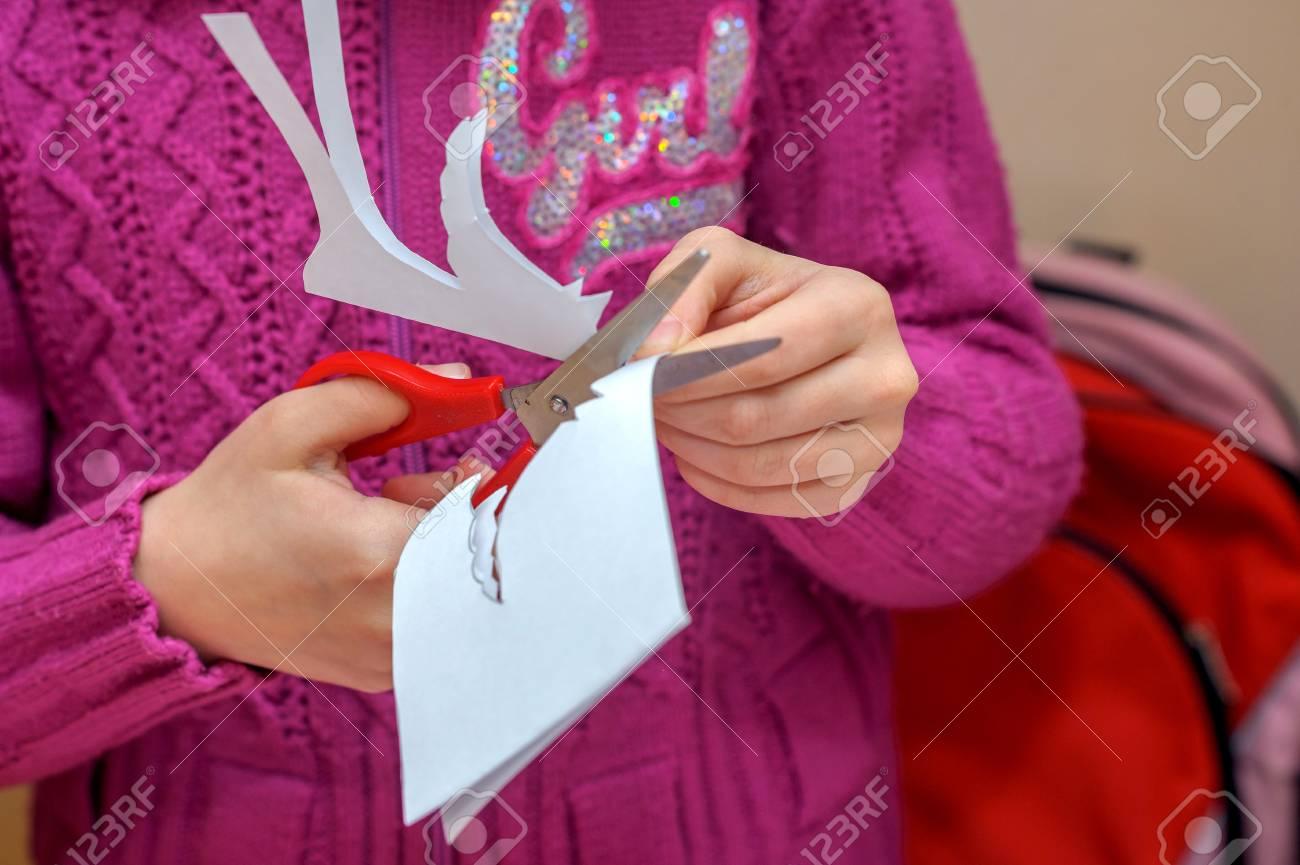 I Bambini In Una Lezione Delle Belle Arti Fanno Regali Per Una Festa Di Natale E Di Nuovo Anno Tagliare Gli Oggetti Fatti A Mano In Forma Di Angeli