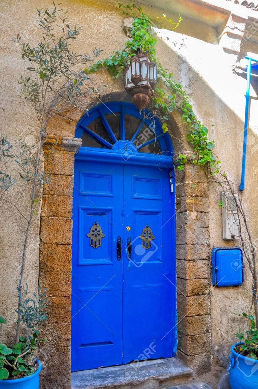 Foto Di Porte Antiche belle porte antiche nel centro storico della città di essueyr, in marocco