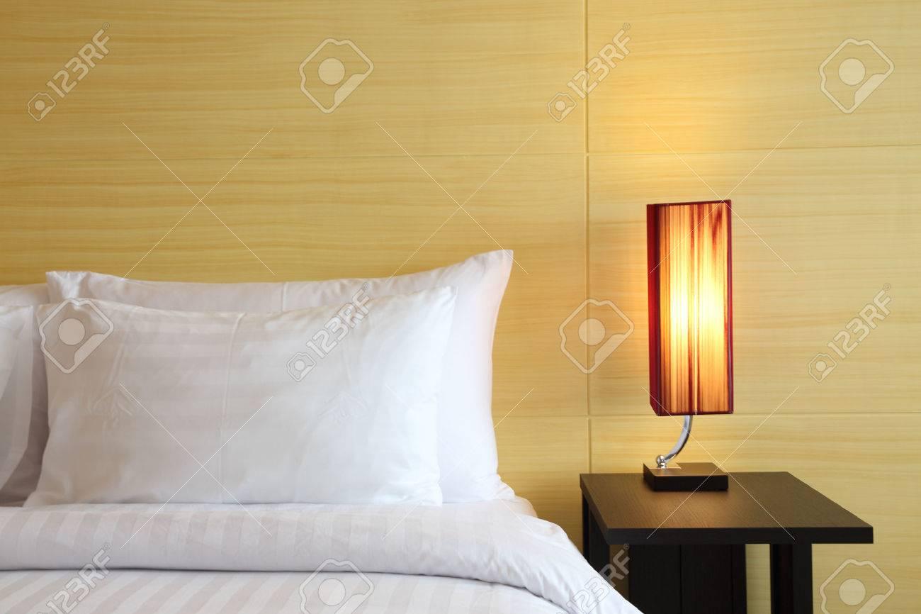Boutique hotel slaapkamer omgeving met bed, kussens, nachtkastje ...