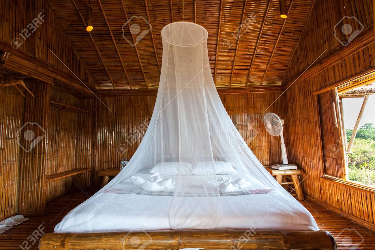 Camera da letto in stile rurale con letto a baldacchino, bambù decorato.  Molto famosa zona turistica.