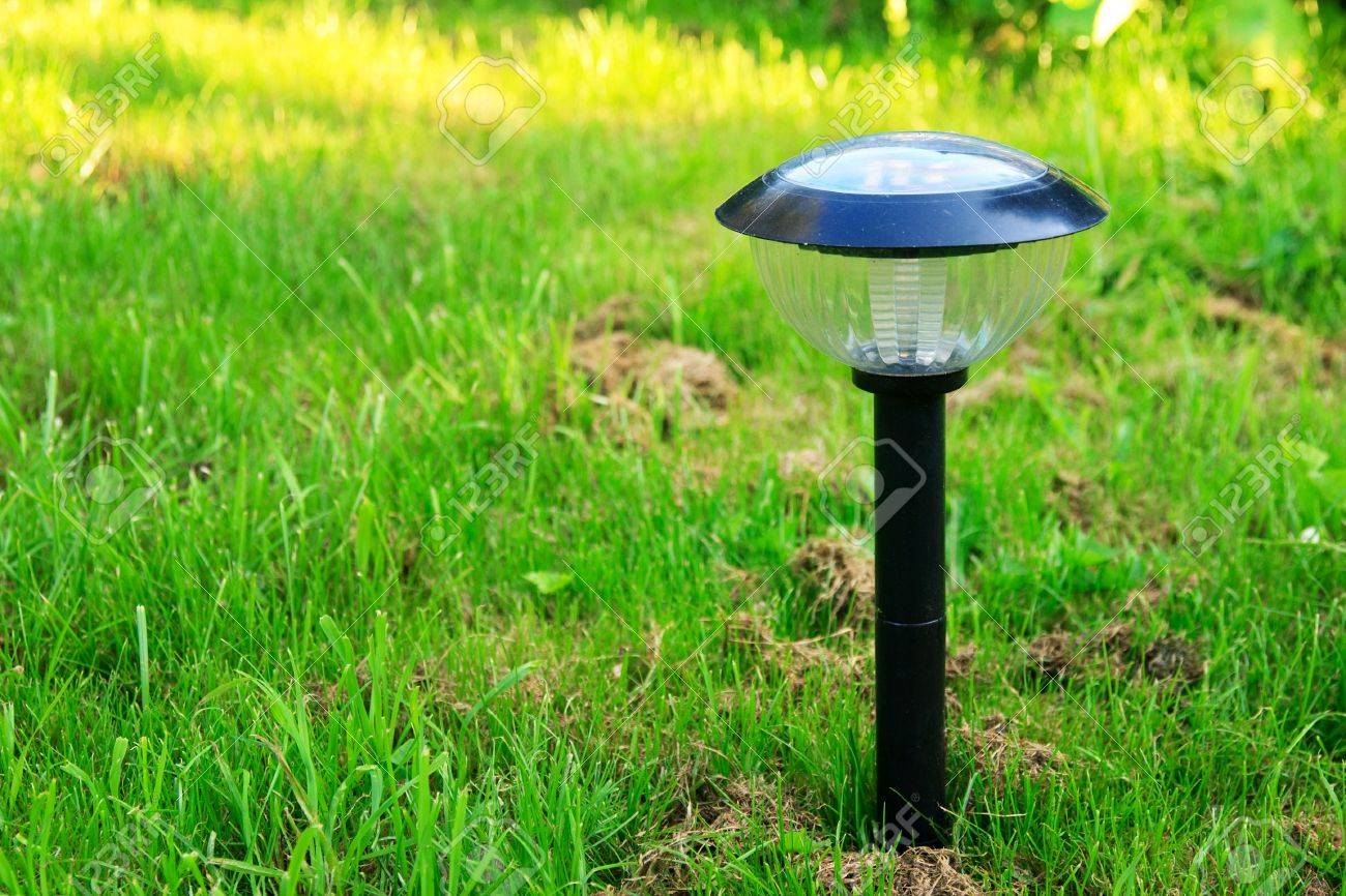Solar Lampen Tuin : Modern solar powered garden lamp stock photo picture and royalty