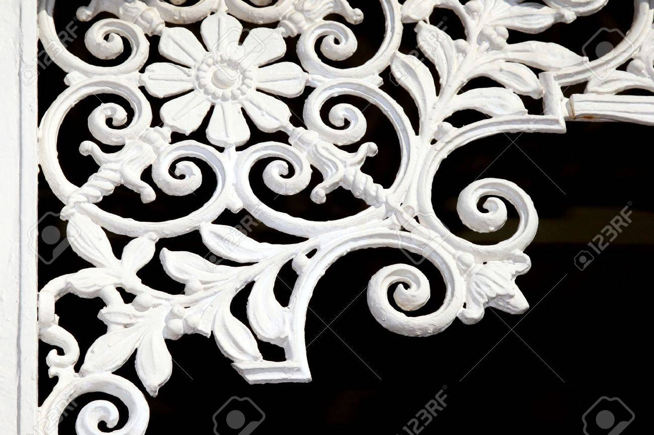 Vintage iron lattice art work in the corner of an old building Stock Photo - 11105272