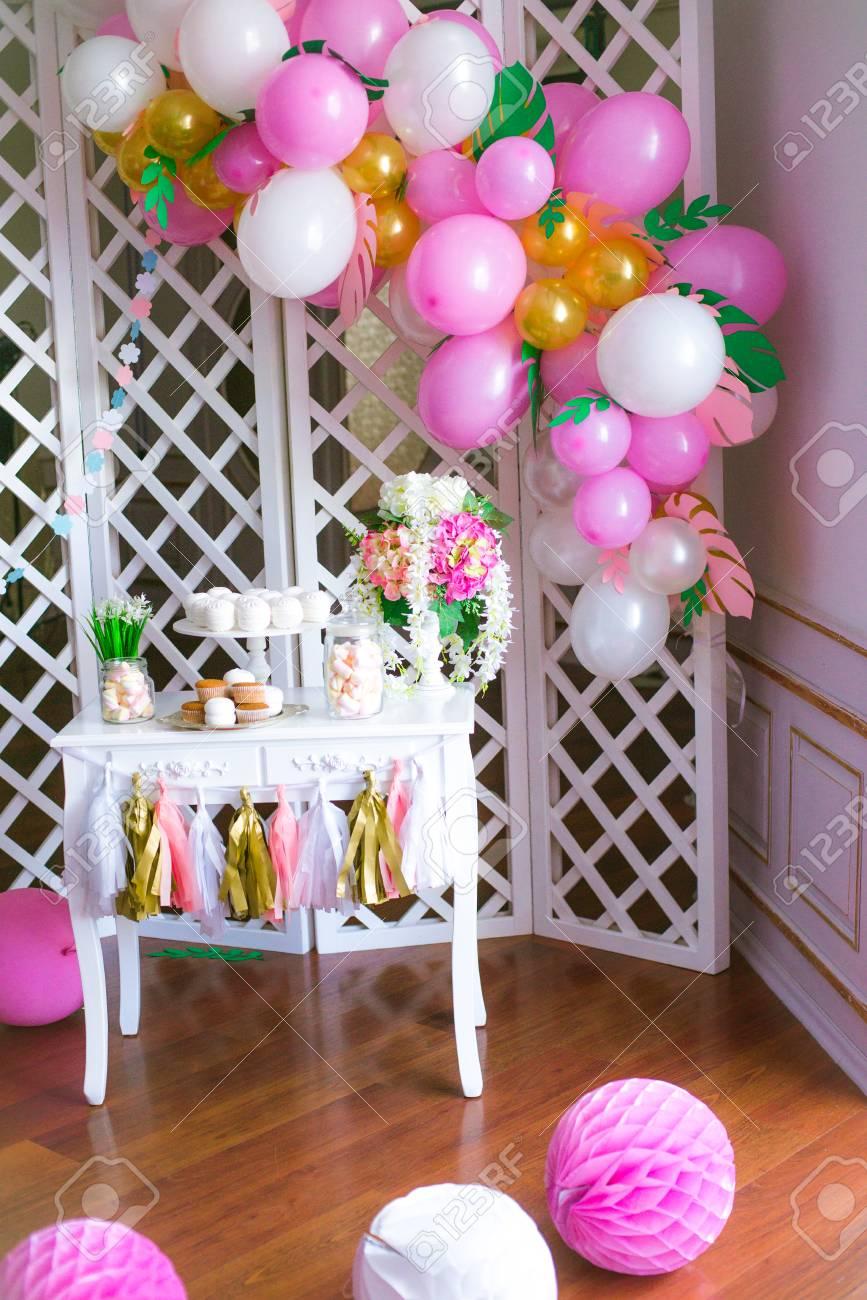 barre de bonbons en couleurs roses pour une fête des enfants. décoré