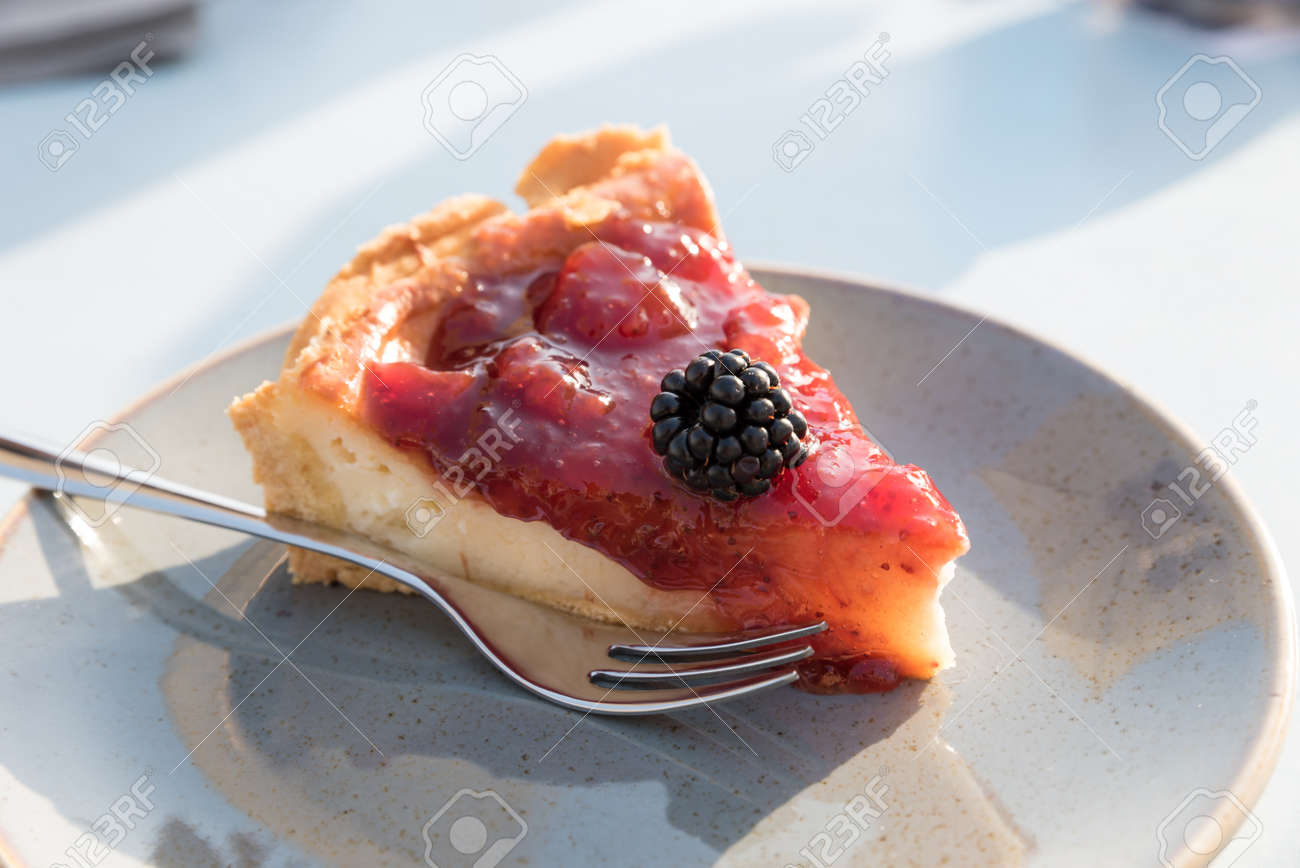 Creamy cake with berries - 123330752