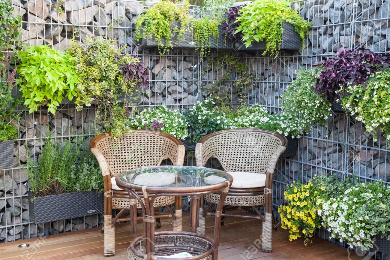 Kleine Terrasse Oder Stadtgarten Mit Rustikalen Stühlen Und Tisch ...