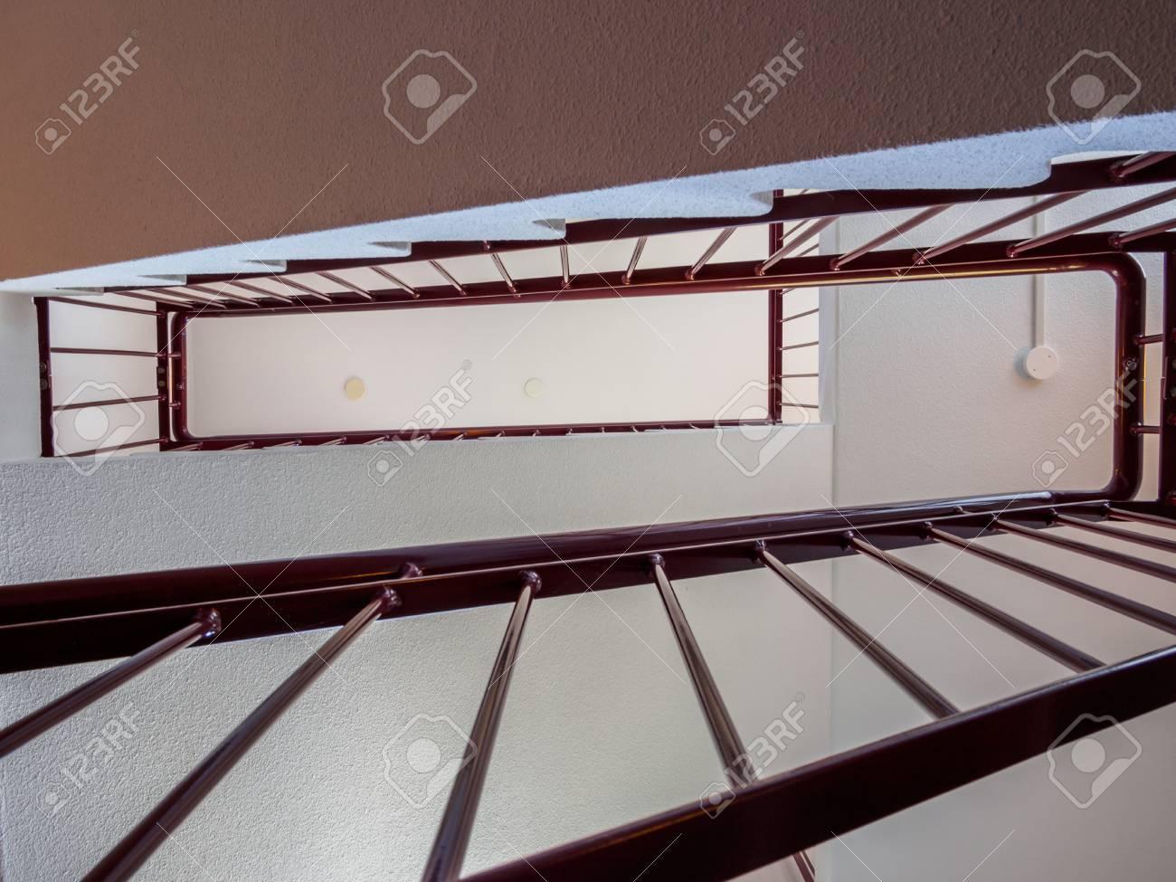 Sucht Sich Durch Ein Einfaches Modernes Treppenhaus Lizenzfreie