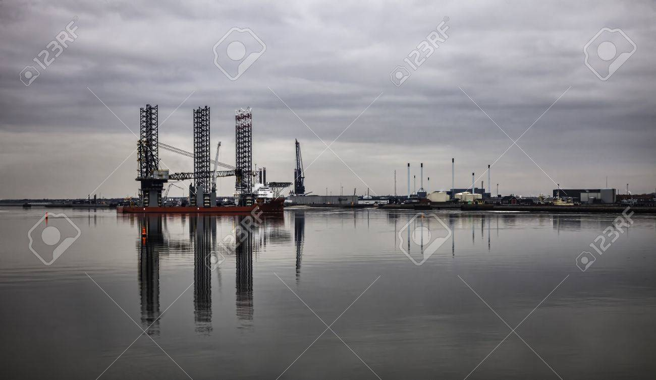 Offshore drilling rig in Esbjerg harbor, Denmark Stock Photo - 17896766