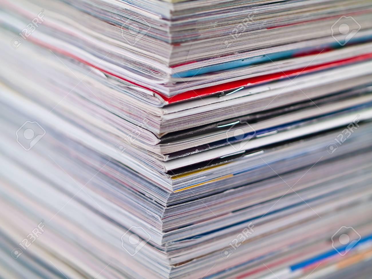 Ein Stapel Zeitschriften-Füllen Der Rahmen Von Oben Nach Unten Ecke ...