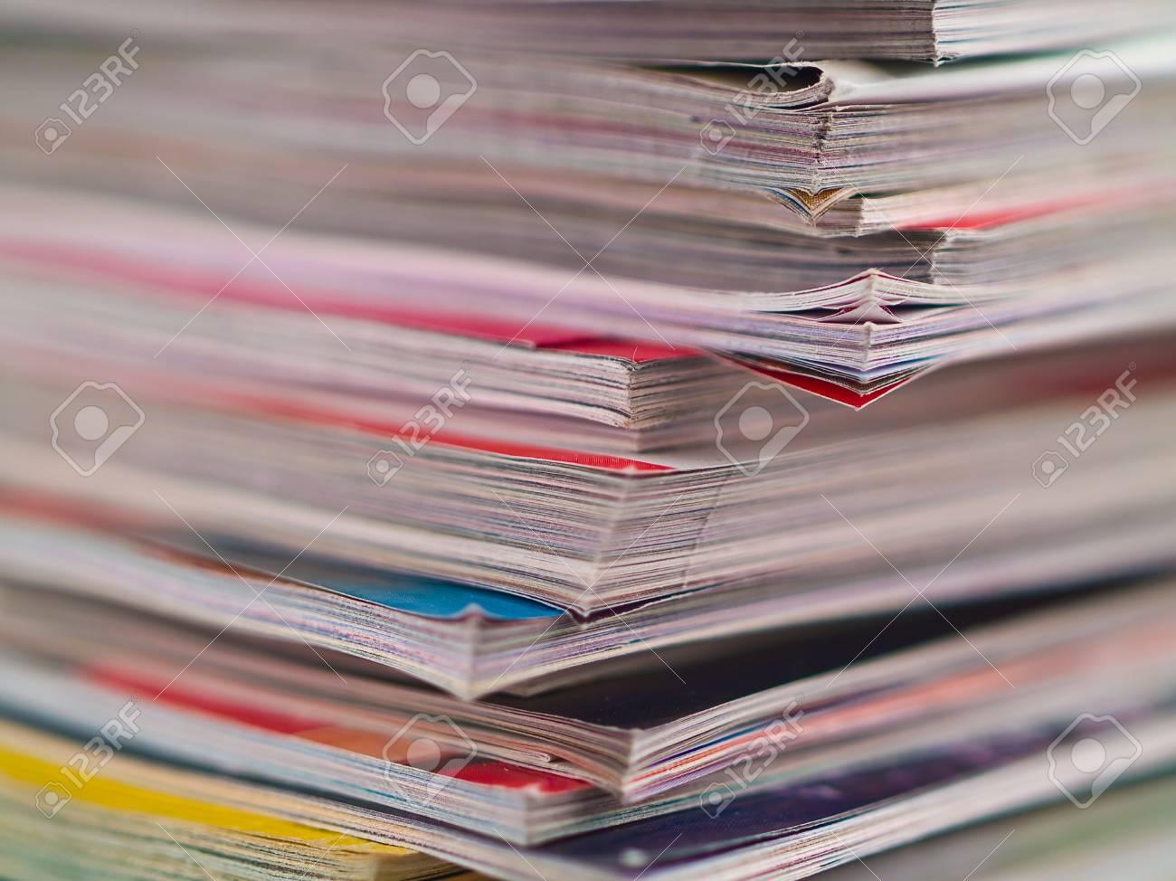 Ein Ungleicher Stapel Zeitschriften-Füllen Der Rahmen Von Oben Nach ...