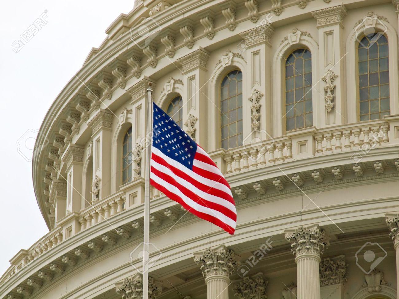 アメリカ合衆国議会議事堂アメリカ国旗とワシントン DC で の写真素材 ...