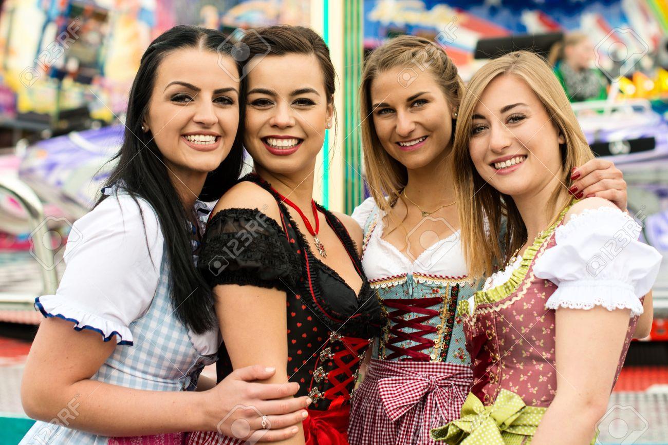 4 Mujeres Jóvenes Hermosas En Parque De Atracciones De Alemania
