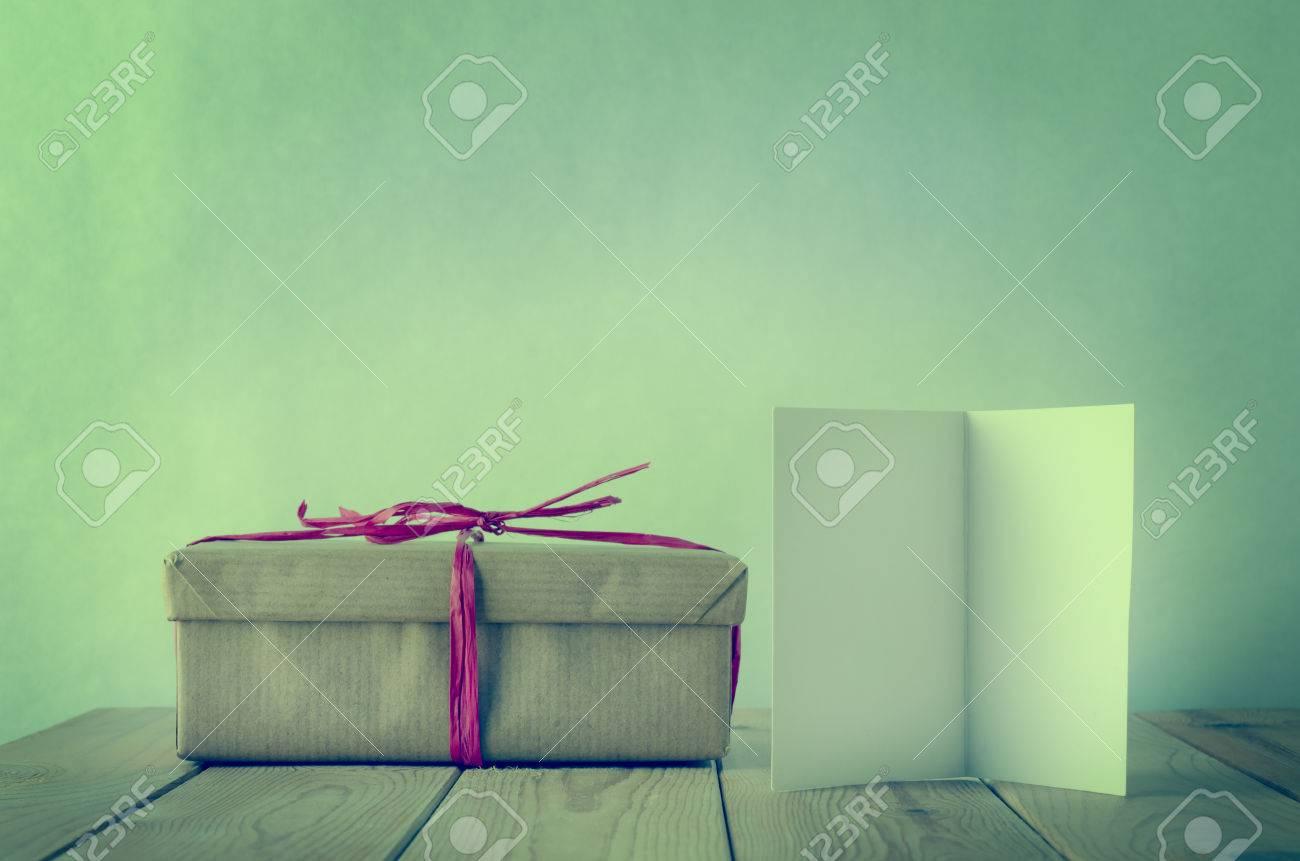 Una Caja De Regalo, Envuelto En Papel Marrón Simple Y Atado Con Lazo ...
