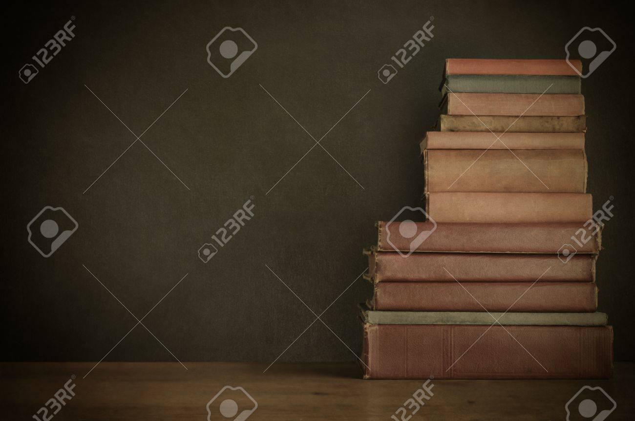 Une pile de vieux minable des livres de texte bien utilisés