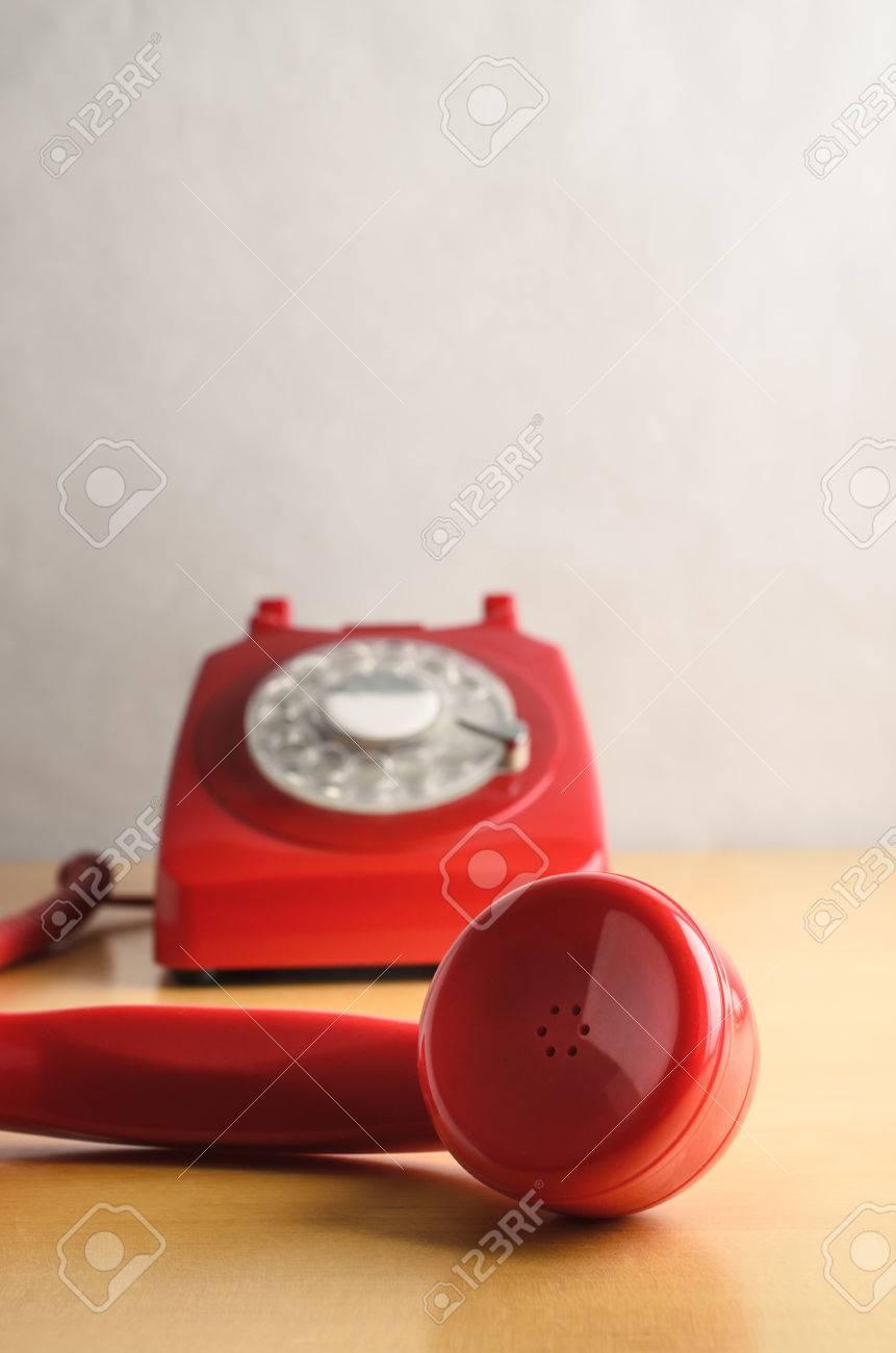 Tiro Del Nivel Del Ojo De Un Retro Rojo 1960s Al Teléfono Británico ...