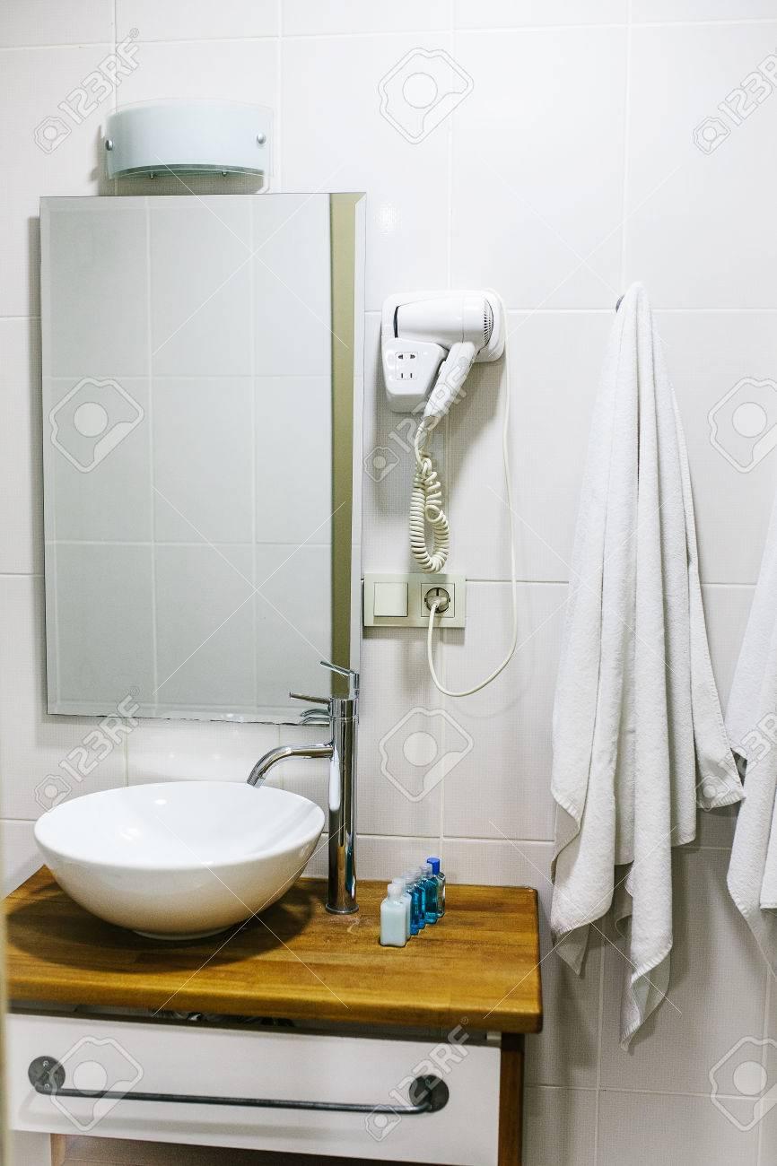 Badezimmer Im Hotel Mit Allen Notwendigen Bad Accessoires Fur Den