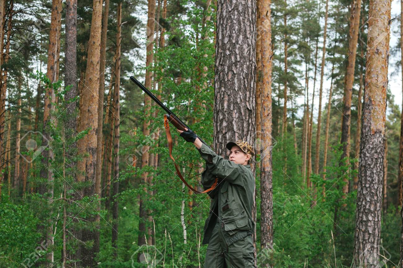 Lov na slikama i videu - Page 14 96914146-woman-hunter-with-a-gun-hunting-in-the-woods-