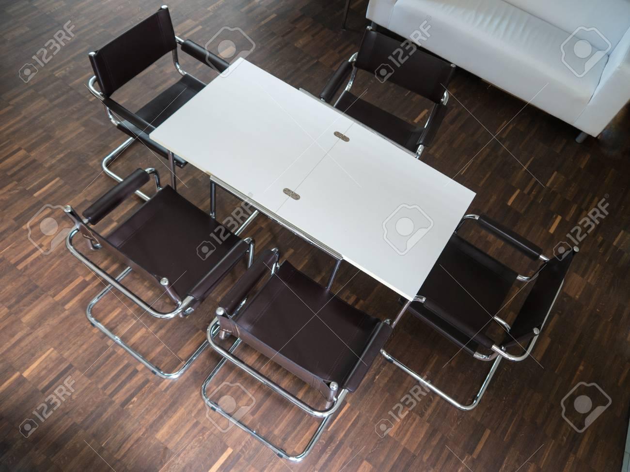 Immagini stock sala riunioni con tavolo bianco e sedie nere