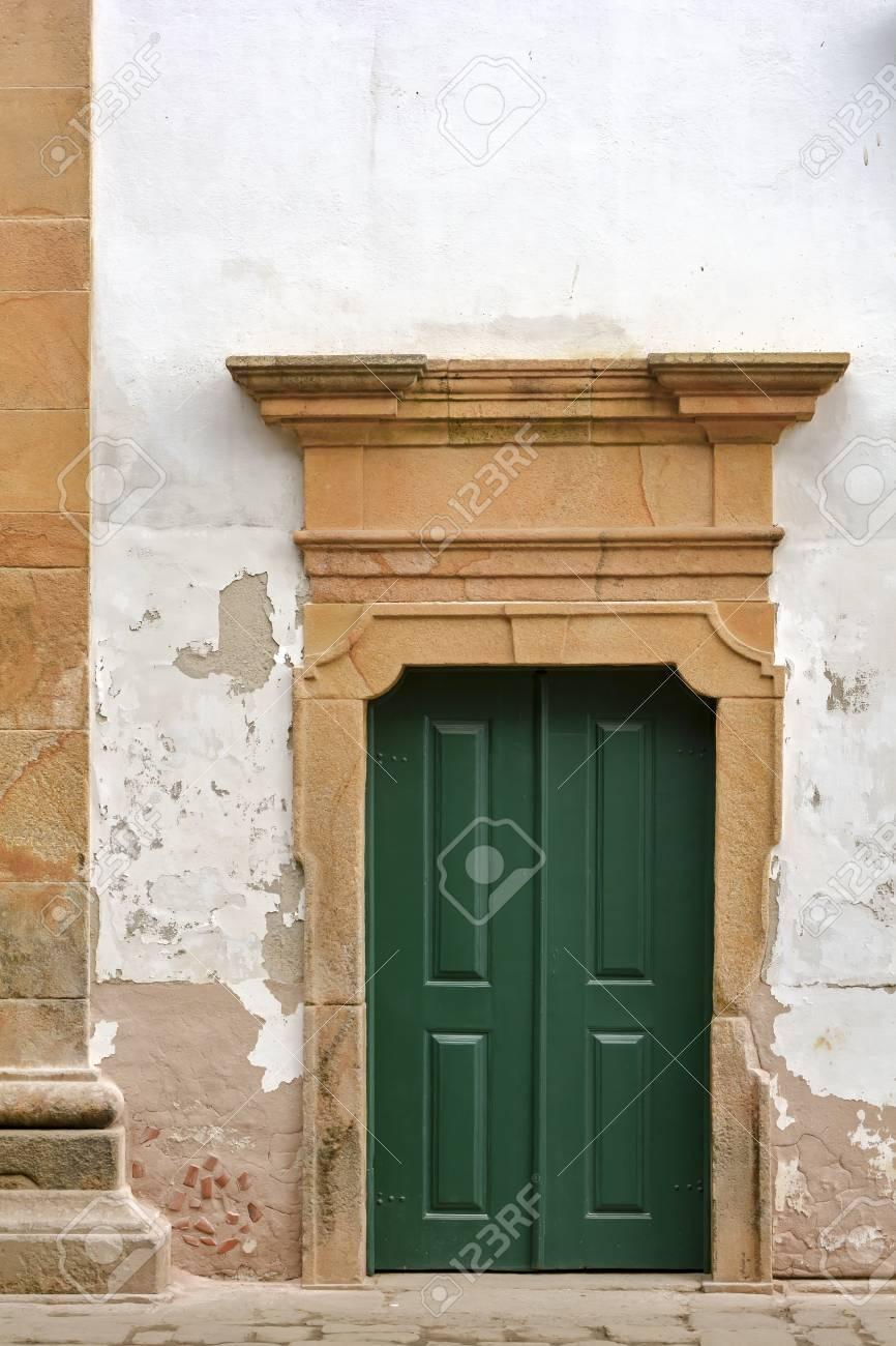 Puerta De La Iglesia De Madera Vieja Y Envejecida Con El Marco De ...