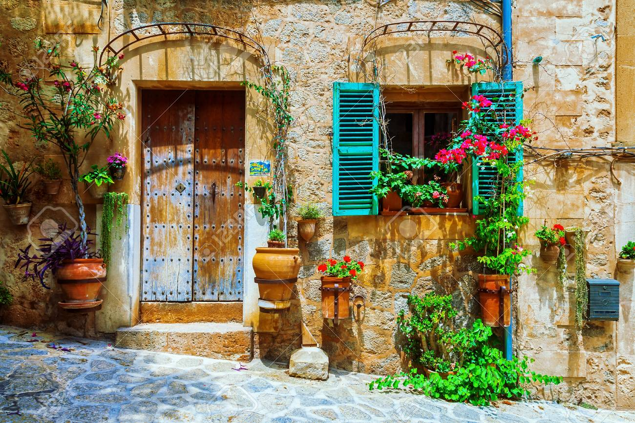 Old streets of medieval village, Spello, Umbria, Italy. - 91272887