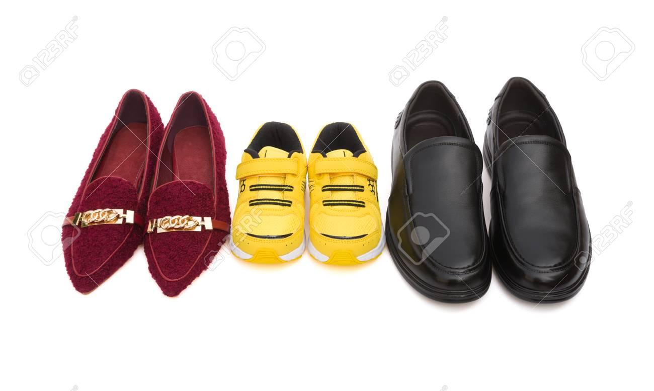 Tres pares de zapatos para la mamá padre e hijo en blanco, el concepto de familia