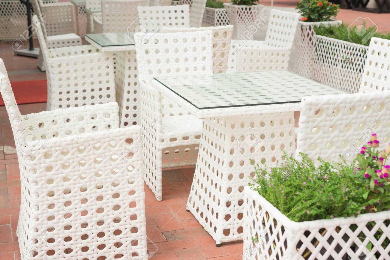 Weiß Rattan Sofa Und Tisch Sets Im Freien Lizenzfreie Fotos Bilder