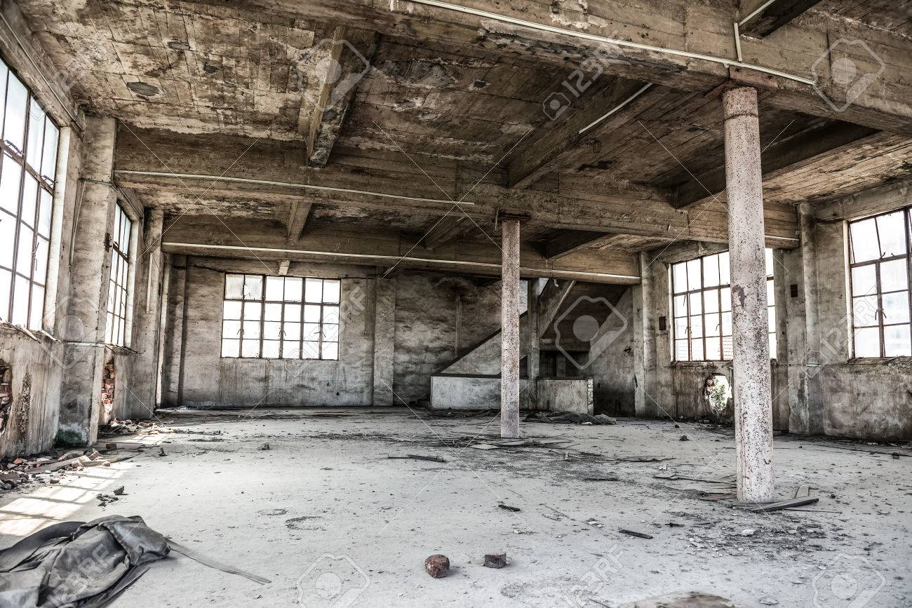 Lege industriële loft in een architectonische achtergrond met kale