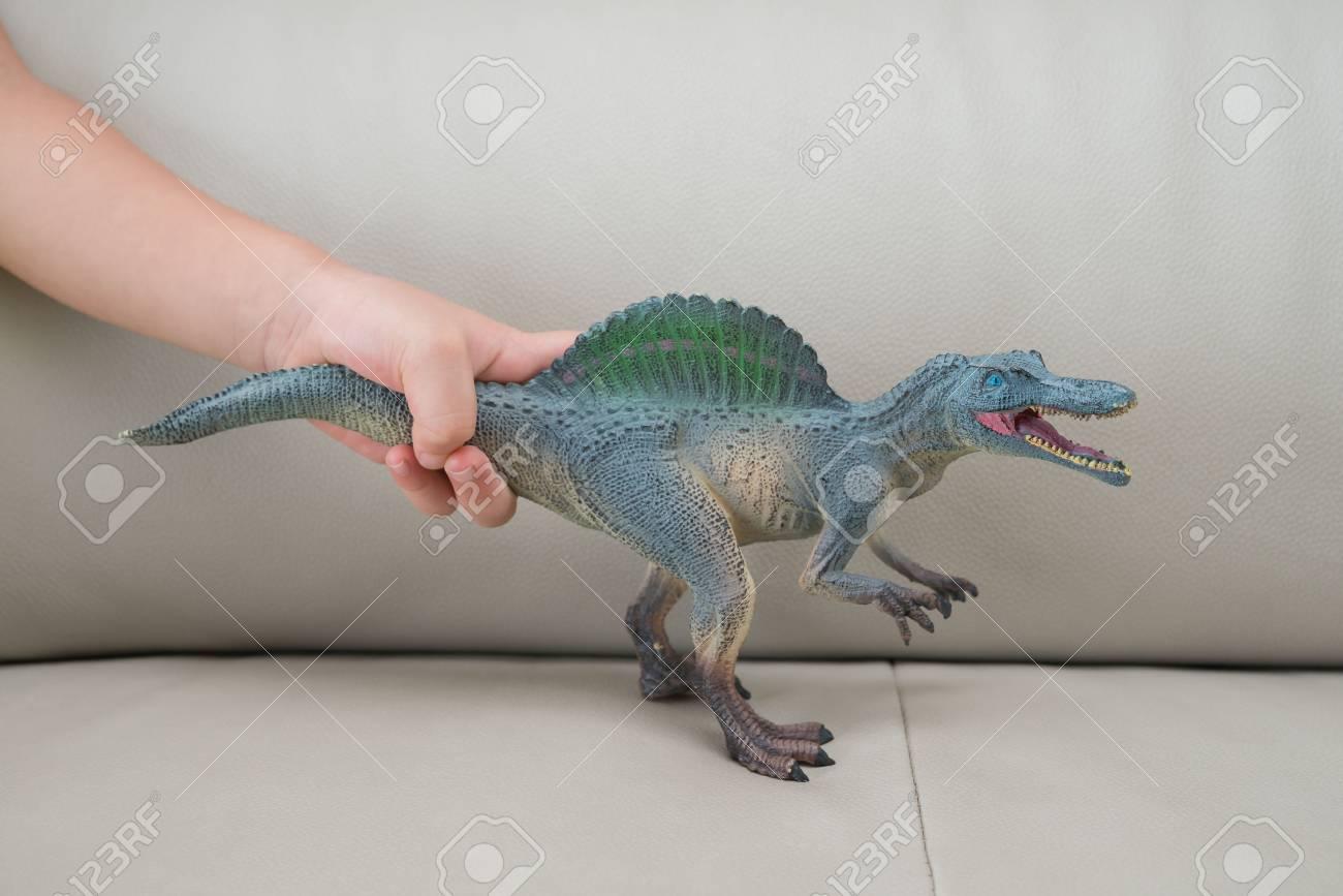 Niños En Sofá Los Cogen Casa Juguete Spinosaurus Greu Un GMpVjLqSUz