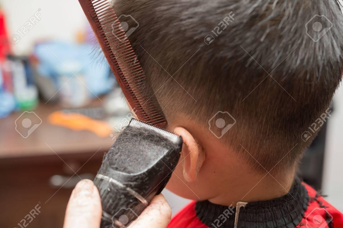 Professionellen Friseur Haare Schneiden Für Einen Jungen Zu Tun