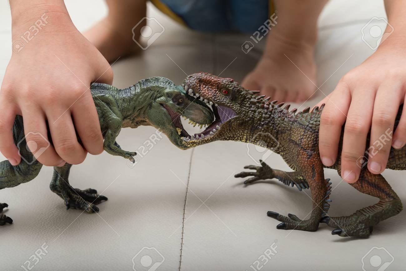 お互いに戦って Carcharodontosaurus とティラノサウルスのおもちゃで