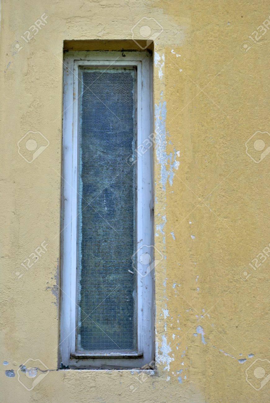 Fenêtre Rectangulaire Avec Verre Opaque Et La Saleté Sur La Mur De