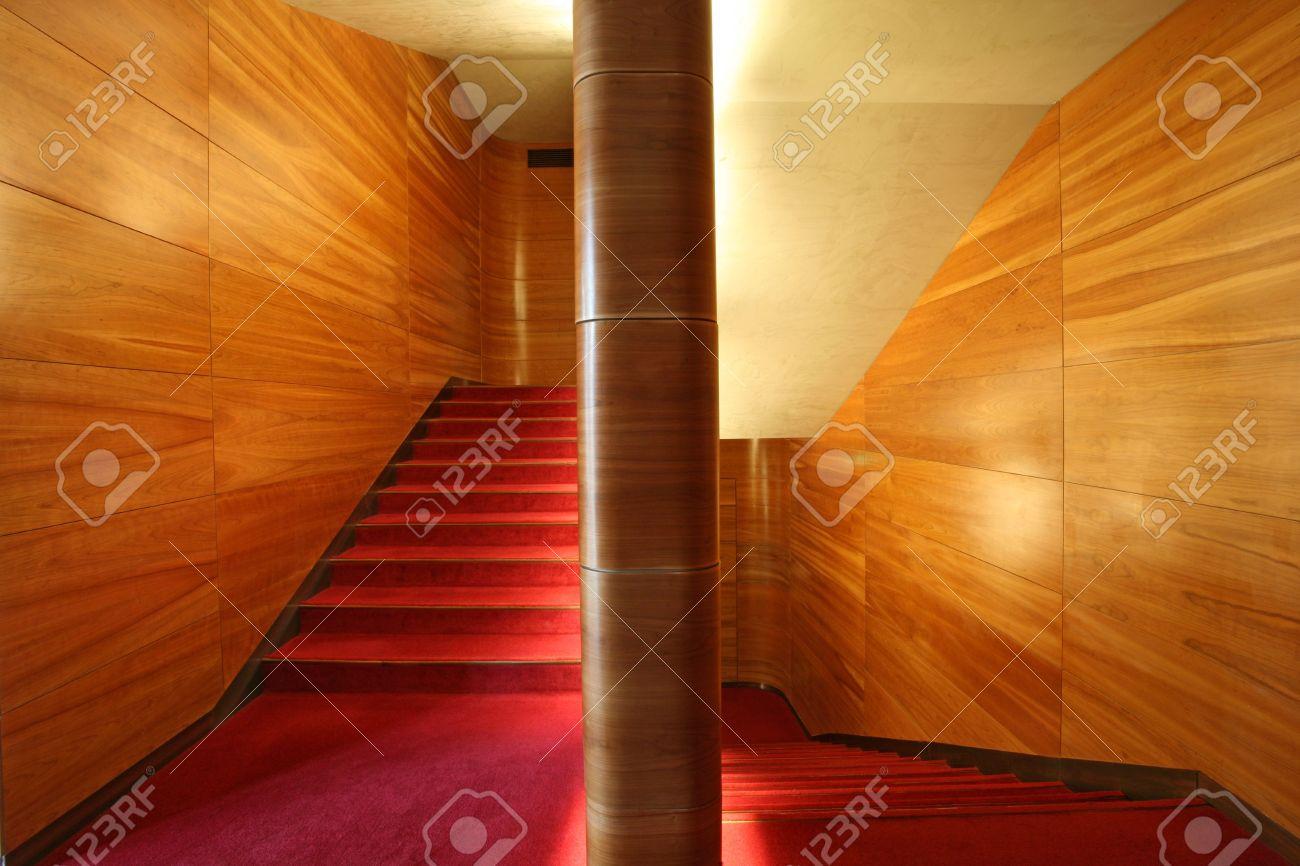 Moderne Scale, Pareti In Legno E Velluto Rosso Tappeto Foto ...