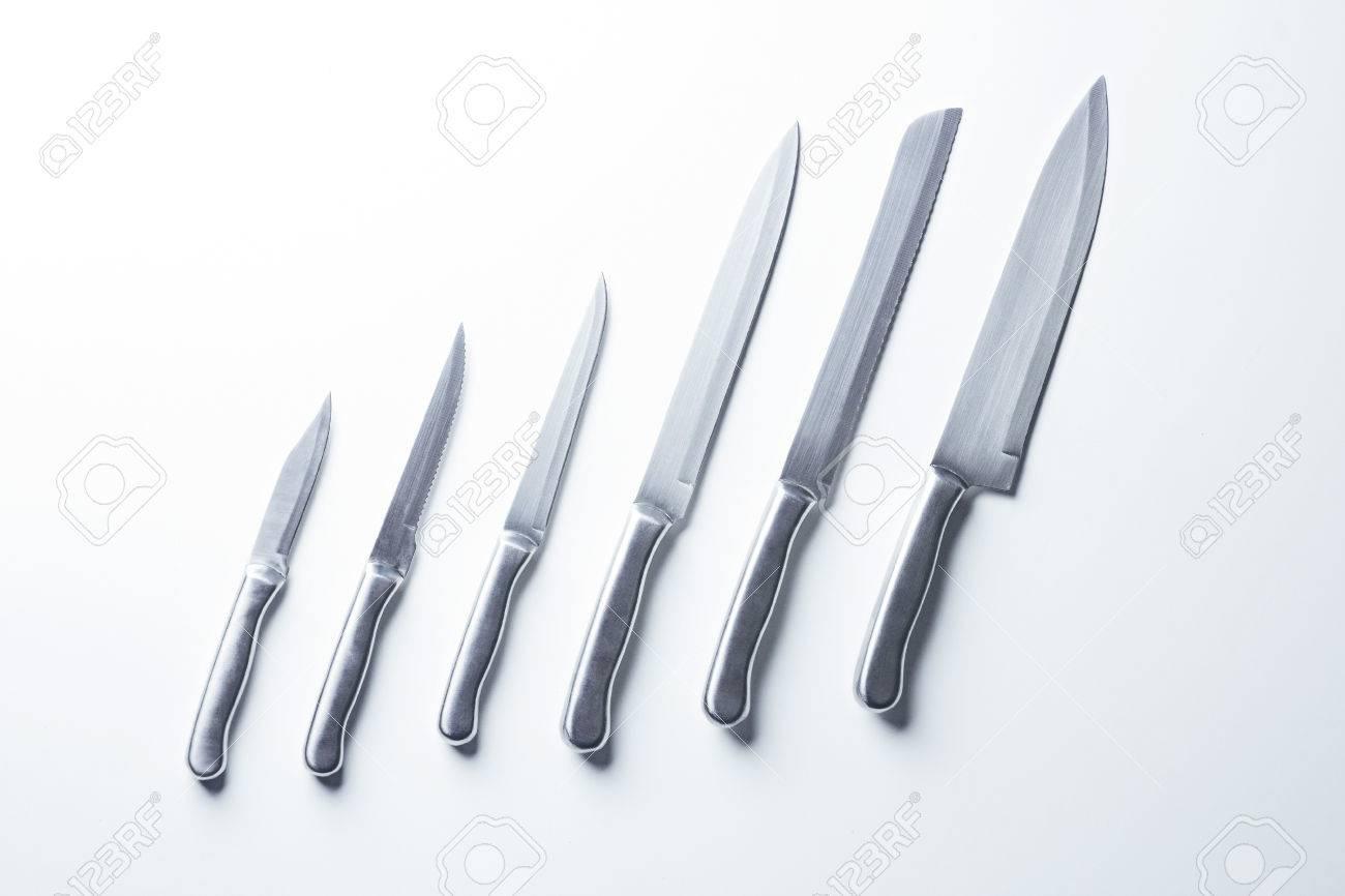 Set Aus Stahl Küchenmesser, Isoliert Auf Tisch Lizenzfreie Fotos ...